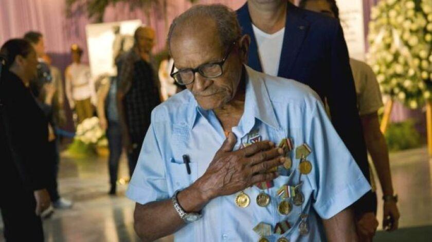 Miles de cubanos Cubans hacen fila para dar su adiós al hombre que gobernó el país durante casi medio siglo.