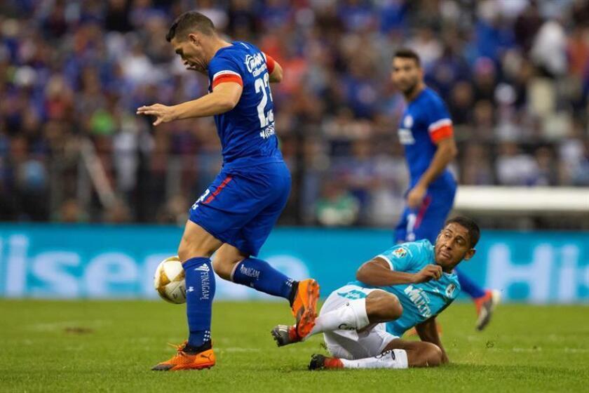 El jugador de Cruz Azul José Iván Marcone (i), pelea por el balón con Luis Romo (abajo d) de Querétaro, durante el juego de vuelta correspondiente los cuartos de final del torneo mexicano de fútbol celebrado en el estadio Azteca en Ciudad de México (México). EFE