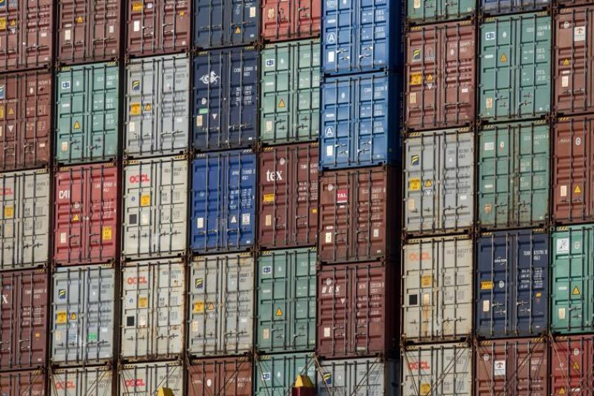 Vista de los contenedores apilados en la cubierta del carguero en Hong Kong, China, hoy, 11 de julio de 2018. EFE