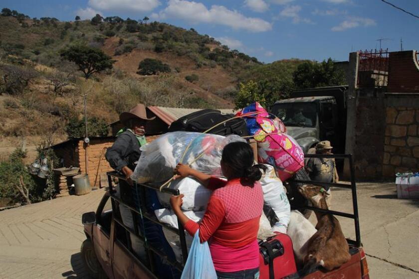 """Fotografía de este jueves, 11 de enero de 2018, muestra a vecinos de la zona mientras sacan sus pertenencias de la comunidad San Felipe del Ocote, en Guerrero, (México). Cientos de habitantes de la comunidad San Felipe del Ocote, en el mexicano estado de Guerrero, fueron desplazados por culpa de la violencia de su comunidad, a la que no quieren regresar por miedo a los ataques. Los pobladores huyeron de su hogar después de sufrir el ataque de un grupo de hombres armados, que llegaron """"echando balazos a la gente"""", relata Efe Juvenal Moreno, uno de los habitantes. EFE"""