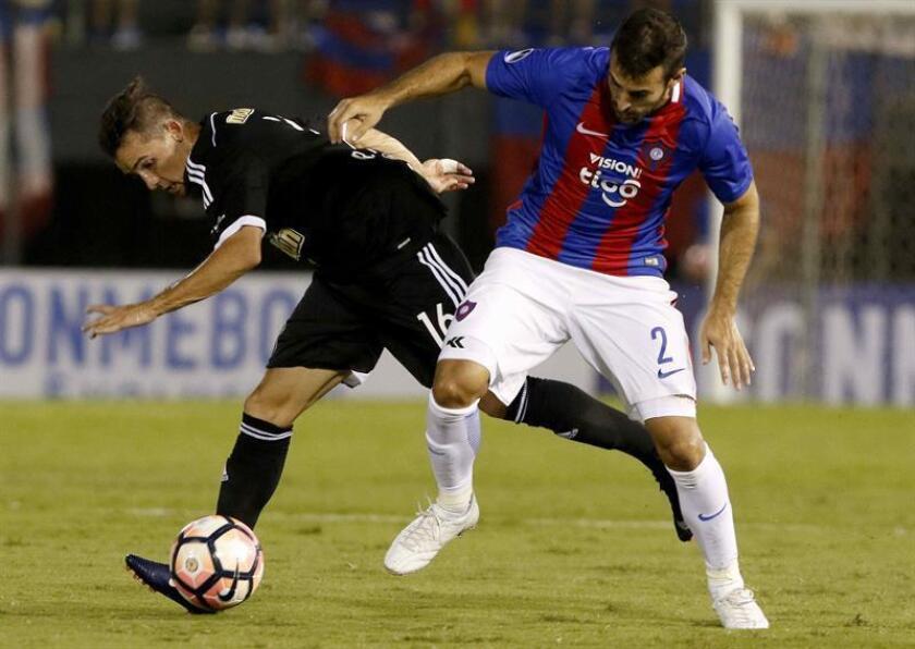 En la imagen, el futbolista paraguayo Raúl Cáceres (d). EFE/Archivo