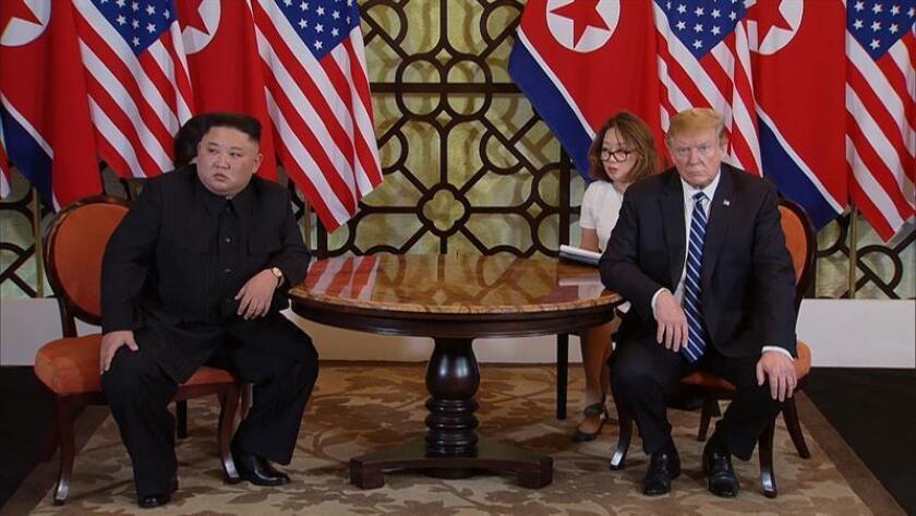 El líder norcoreano, Kim Jong-un (i), y el presidente estadounidense, Donald Trump (d), durante el inicio de la segunda reunión en la cumbre de Estados Unidos y Corea del Norte el jueves 28 de febrero de 2019 en el hotel Sofitel Legend Metropole en Hanói (Vietnam). La segunda reunión del Presidente de los Estados Unidos y el líder de Corea del Norte, que se extiende del 27 al 28 de febrero de 2019, se enfoca en avanzar en los pasos hacia el logro de la paz y la completa desnuclearización de la península de Corea. EFE/Archivo