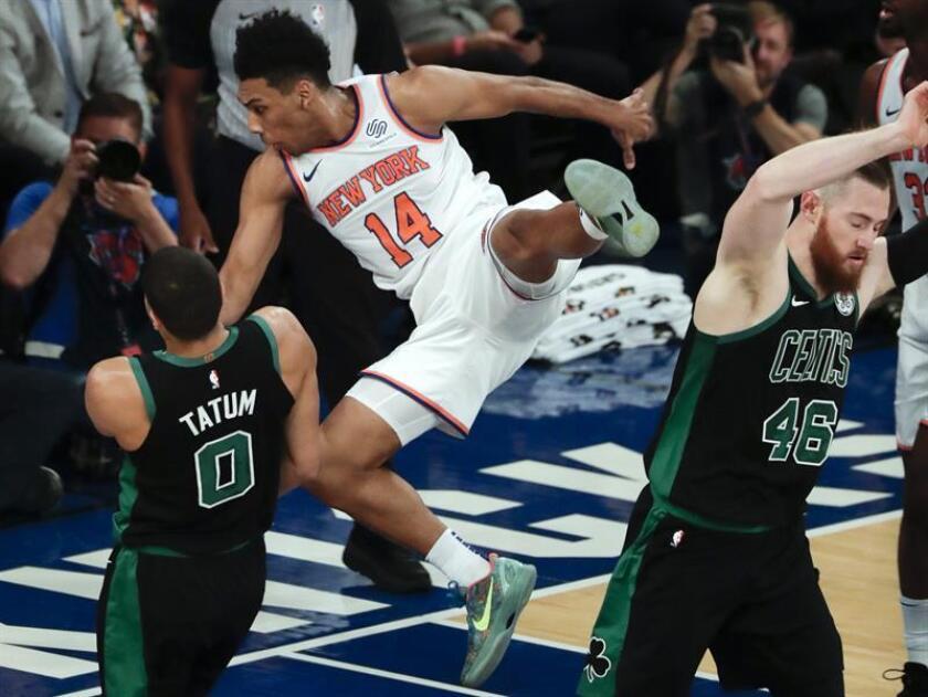 El jugador de los Knicks de Nueva York, Allonzo Trier (c) contra el alero los Celtics de Boston, Aron Baynes (d) en la primera mitad del juego de baloncesto de la NBA entre los Celtics de Boston y los Knicks de Nueva York en el Madison Square Garden en Nueva York, Nueva York. EFE
