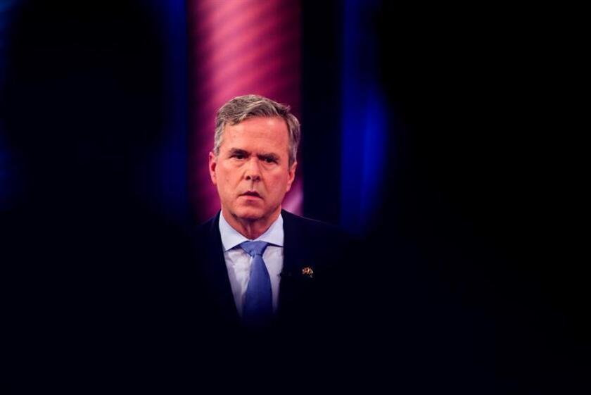 El excandidato presidencial republicano Jeb Bush habla con el presentador de CNN Anderson Cooper (fuera de cuadro), el jueves 18 de febrero de 2016, en Columbia, Carolina del Sur (EE.UU.). EFE/Archivo