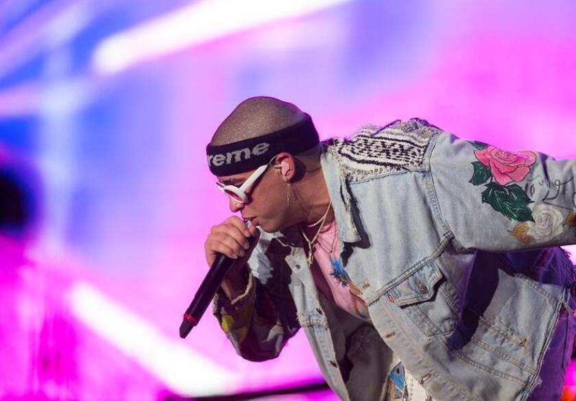 El cantante puertorriqueño Bad Bunny actúa en el Festival Presidente, el evento musical más importante en Santo Domingo (República Dominicana). EFE/Archivo