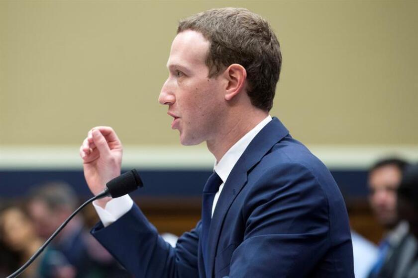 """El fundador y presidente ejecutivo de Facebook, Mark Zuckerberg, testifica ante el Comité del Congreso sobre Energía y Comercio sobre """"Transparencia y el uso de información del usuario"""", en el Capitolio de Washington DC (Estados Unidos) hoy, 11 de abril de 2018. EFE"""