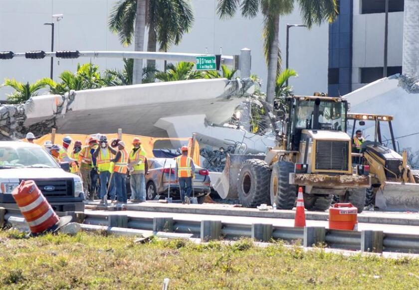 Las cuadrillas de rescate han logrado sacar hoy tres cuerpos sin vida de entre los restos del puente peatonal que colapsó el pasado jueves sobre la transitada Calle Ocho de Miami, informaron las autoridades. EFE/Archivo