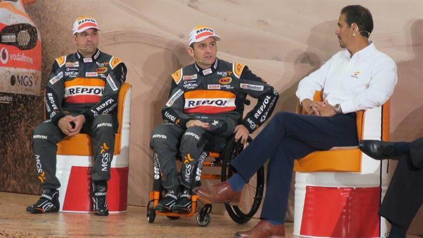 El piloto español del Dakar Isidre Esteve (c) participa junto a su copiloto Txema Villalobos (i) en una rueda de prensa hoy en Lima (Perú). EFE