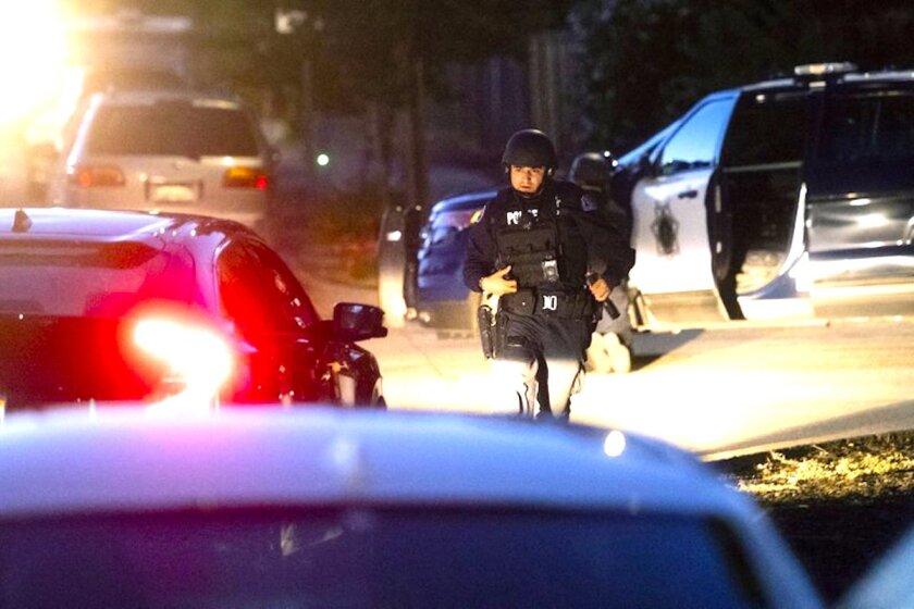 Policías trabajando en la escena de un tiroteo en el Festival del Ajo de Gilroy, en Gilroy, California.