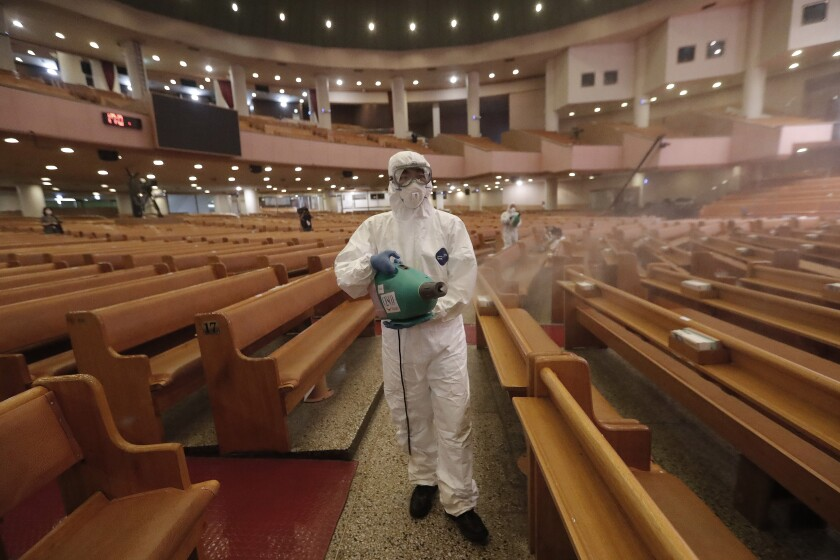 Un funcionario desinfecta una iglesia como medida de precaución contra el coronavirus