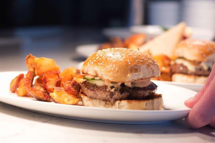 Más de la tercera parte de los estadounidenses consumen comida rápida habitualmente, especialmente entre los más jóvenes y conforme aumenta el ingreso, de acuerdo con un reporte de los Centros de Control y Prevención de Enfermedades (CDC) divulgado hoy. EFE/Archivo