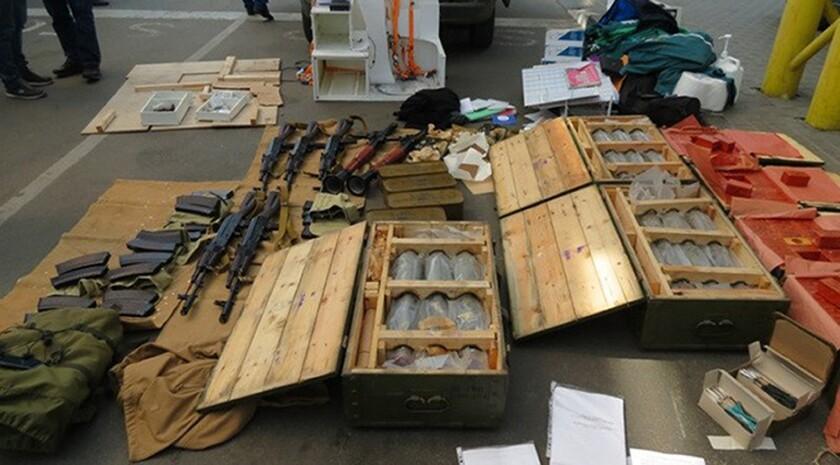 ARCHIVO. En imagen las autoridades exhiben el arsenal confiscado a un francés que fue detenido mientras intentaba crucar la frontera de Ucrania a Polonia. (Servicio de Prensa de la Agencia de Inteligencia Ucraniana SBU vía AP)