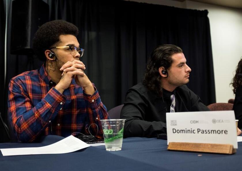 El estadounidense Dominic Passmore (i), que fue condenado a nueve años de prisión por robo armado cuando tenía 14 años, durante la presentación en la Universidad de Colorado, de un informe sobre los menores en el sistema penal de EEUU elaborado por la Comisión Interamericana de Derechos Humanos (CIDH). EFE/Archivo