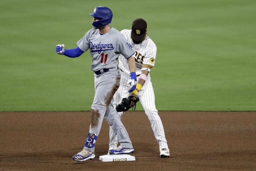 El jugador de los Dodgers de Los Ángeles AJ Pollock (izquierda)