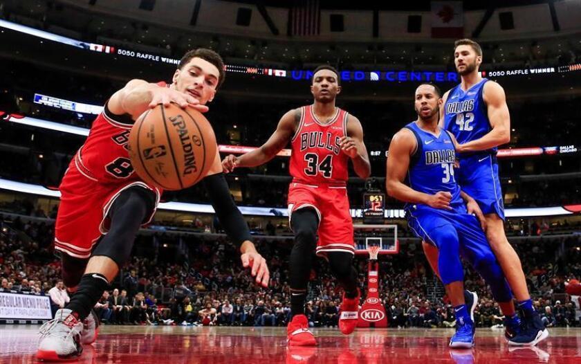 El escolta de los Bulls de Chicago, Zach LaVine (i), busca una pelota suelta frente al alero de los Bulls de Chicago Wendell Carter Jr. (2-i), el escolta de los Dallas Mavericks Devin Harris (2-d) y el delantero de los Dallas Mavericks Maximilian Kleber de Alemania (d) durante el partido de baloncesto de la NBA entre los Dallas Mavericks y los Chicago Bulls. EFE