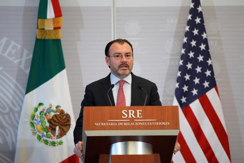 """El Gobierno mexicano rechazó """"de manera explícita"""" una propuesta del Ejecutivo estadounidense para que México se convirtiera en país de destino y acogiera en su territorio a los migrantes centroamericanos que huyen de sus países en dirección a Estados Unidos, informó hoy el canciller Luis Videgaray. EFE/Archivo"""