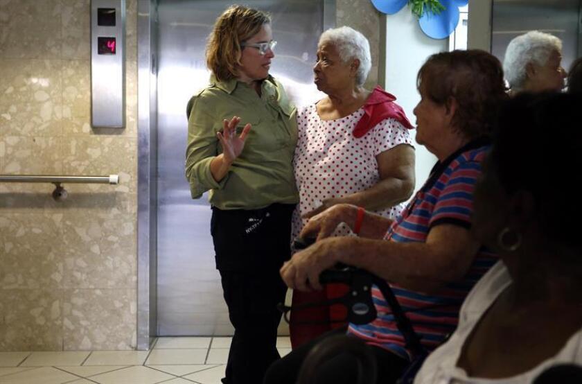 La alcaldesa de la ciudad de San Juan de Puerto Rico, Carmen Yulín Cruz (izq.), habla con una mujer durante su visita a un hogar de ancianos, el viernes 22 de septiembre de 2017, a dos dias del paso del huracan Maria por la isla. EFE/Archivo