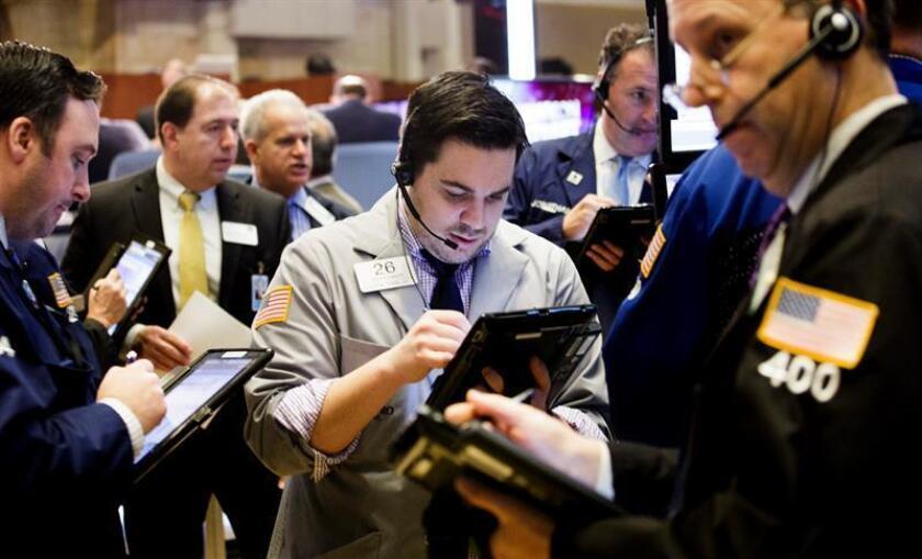 Wall Street cerró hoy a la baja, con un descenso del 0,12 % en el Dow Jones de Industriales, su principal indicador, en un nuevo retroceso desde los máximos históricos que se habían registrado en las últimas semanas. EFE/ARCHIVO