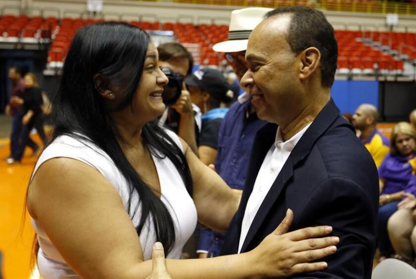 El congresista de Estados Unidos, Luis Gutiérrez, abraza a Clarissa López Ramos, hija de Oscar López, tras una rueda de prensa hoy miércoles 18 de enero, después que el presidente saliente de Estados Unidos, Barack Obama, conmutara ayer martes la sentencia de su padre, quien llevaba 35 años en prisión por conspiración para derrocar al gobierno estadounidense, una condena que le convirtió en un héroe para muchos puertorriqueños independentistas. EFE