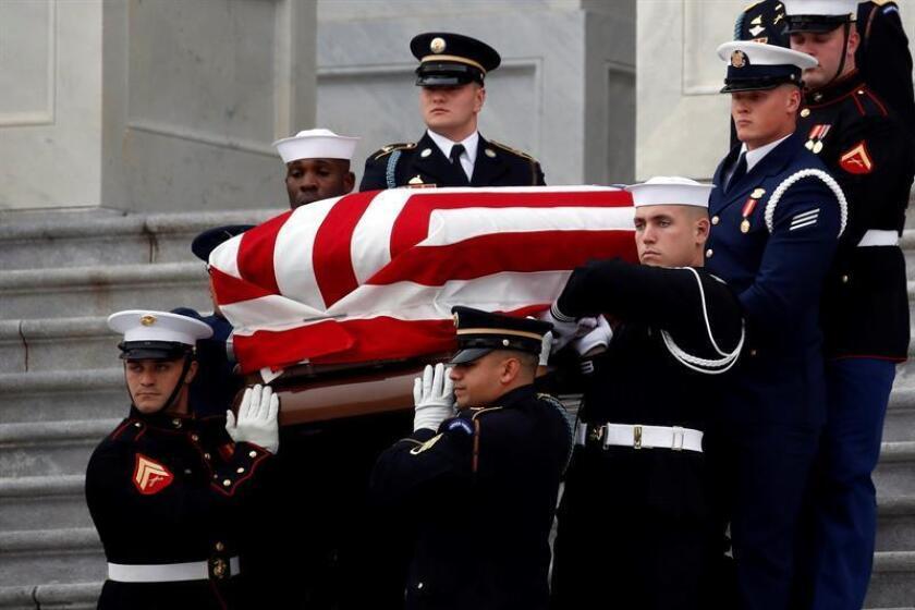 Miembros de la guardia de honor portan el féretro del expresidente estadounidense George H. W. Bush desde el Capitolio, en Washington DC (Estados Unidos), hoy, 5 de diciembre de 2018. EFE/POOL