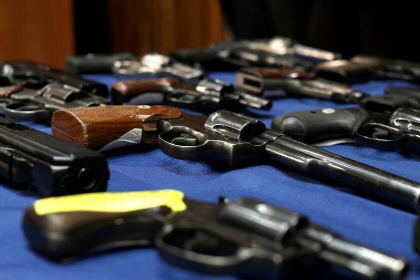 Vista de armas confiscadas durante una conferencia de prensa en Nueva York (Estados Unidos). EFE/Archivo