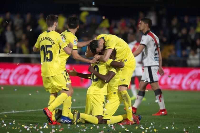Los jugadores del Villarreal celebran el segundo gol del equipo marcado por Karl Toko Ekambi, ante el Rayo Vallecano, durante el encuentro correspondiente a la jornada 28 de primera división disputado en el estadio La Cerámica, en Villarreal. EFE