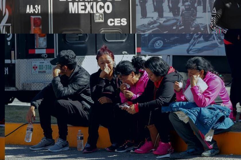 Familiares de personas afectadas por la explosión esperan por noticias de sus seres queridos hoy, miércoles 21 de diciembre de 2016, a las afueras del mercado pirotécnico de San Pablito, en el municipio mexicano de Tultepec. EFE