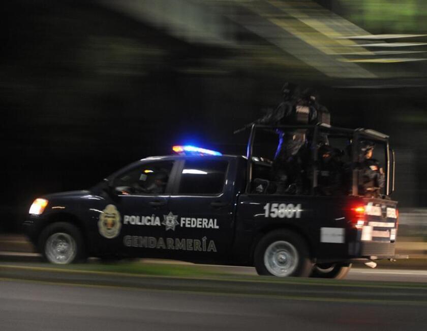 Presuntos sicarios al servicio del narcotráfico asesinaron el miércoles a seis hombres durante un funeral en el occidental estado mexicano de Michoacán, informaron hoy fuentes oficiales. EFE/STR