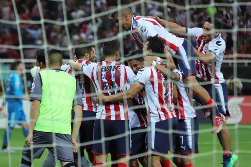 Los jugadores de las Chivas de Guadalajara del fútbol mexicano celebran una anotación. EFE/Archivo