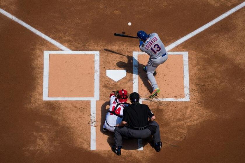 En la imagen un registro de Asdrúbal Cabrera (c- arriba), segunda base venezolano de los Mets de Nueva York, quien aportó un jonrón en el triunfo de su equipo 2-5 sobre los Marlins de Miami. EFE/Archivo