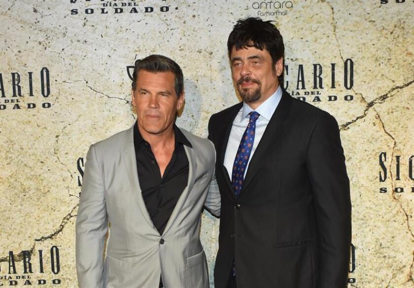 """Imagen del 11 junio de 2018, Benicio del Toro (d) y Josh Brolin (i) posan para una fotografía durante la promoción de la película, """"Sicario: Día del soldado"""". EFE/STR"""