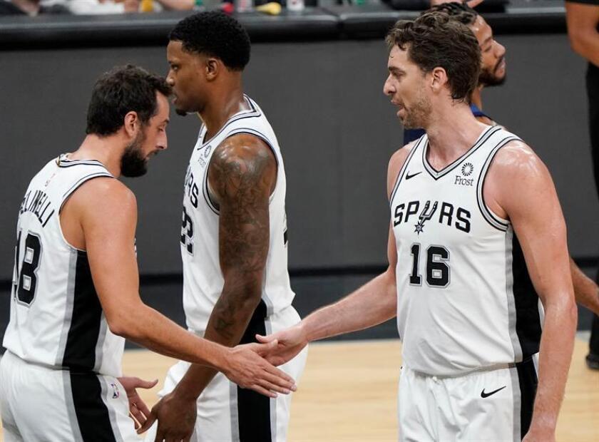 Los jugadores Pau Gasol (d), Marco Belinelli (i) y Rudy Gay (c) de San Antonio Spurs se saludan hoy, miércoles 17 de octubre de 2018, durante un juego de la NBA entre Minnesota Timberwolves y San Antonio Spurs en San Antonio, Texas (Estados Unidos). EFE