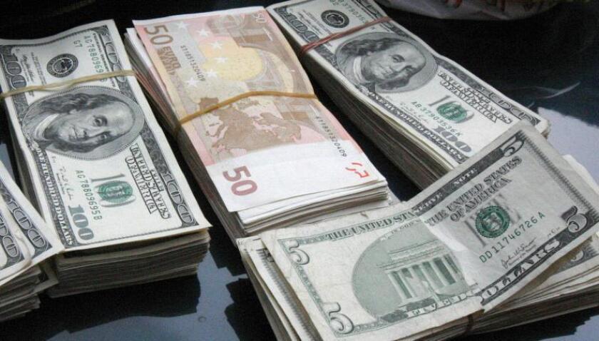 Fotografía sin fecha de billetes de diferentes denominaciones de Euro y Dólar. EFE/Mario Guzmán/Archivo