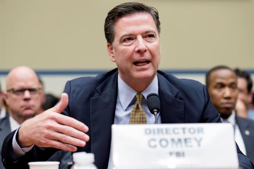 """Las agencias de inteligencia (FBI, CIA y NSA) aseguran en un informe hecho público hoy que el presidente de Rusia, Vladímir Putin, ordenó influir en las elecciones estadounidenses mediante ciberataques porque sentía una """"clara"""" preferencia por Donald Trump, quien resultó elegido frente a Hillary Clinton. En la imagen, el director del FBI James Comey. EFE/ARCHIVO"""