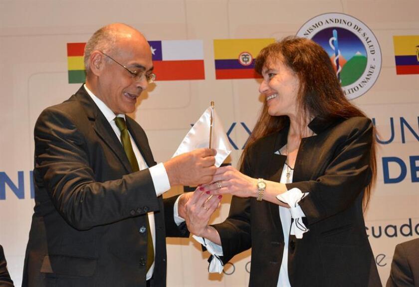 El ministro venezolano del Poder Popular para la Salud, Carlos Alvarado (i), y la ministra de Salud de Perú, Silvia Pessah (d), participan en una reunión celebrada hoy, martes 6 de noviembre de 2018, en Quito (Ecuador). EFE