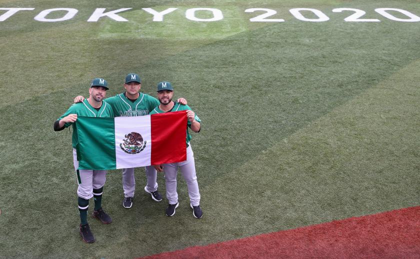 Oliver Pérez, Manuel Panuvelos y Manuel Pereira portaban la bandera mexicana.