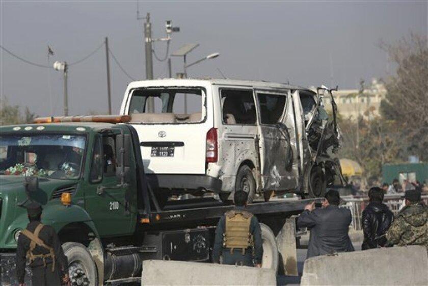 Al menos cinco personas -entre ellas un niño- murieron y otras 27 resultaron heridas hoy en la explosión consecutiva de tres artefactos explosivos improvisados en la ciudad de Jalalabad, en el este de Afganistán, informó a Efe una fuente oficial.