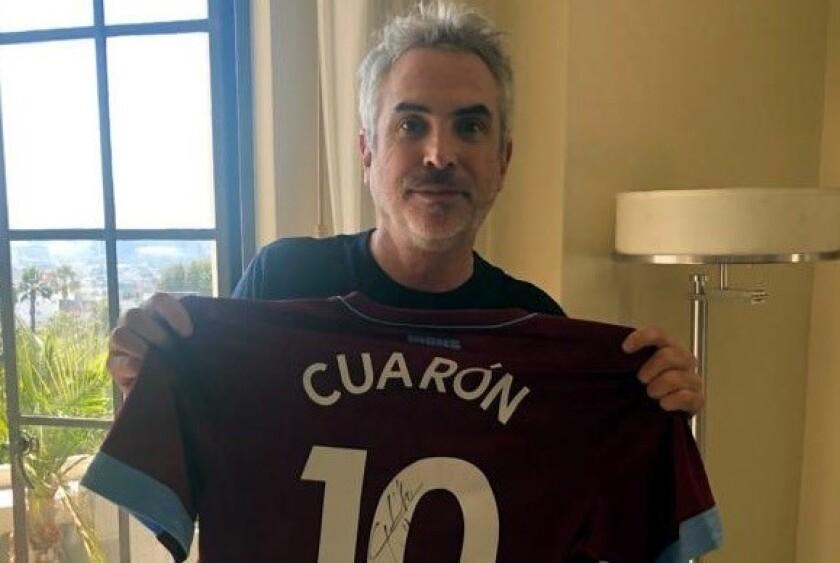 Alfonso Cuarón muestra su playera con el 10 del equipo West Ham.
