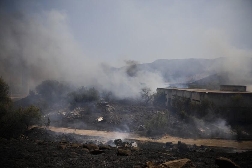 Campos humeando tras el impacto de un cohete lanzado desde Líbano a territorio israelí