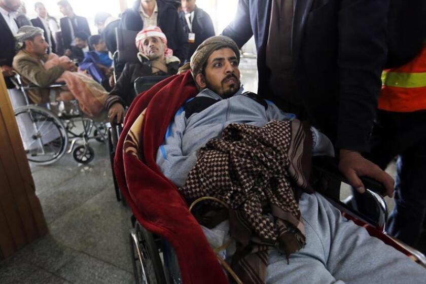 Heridos hutíes esperan antes de ser evacuados del país, en Saná, Yemen. EFE