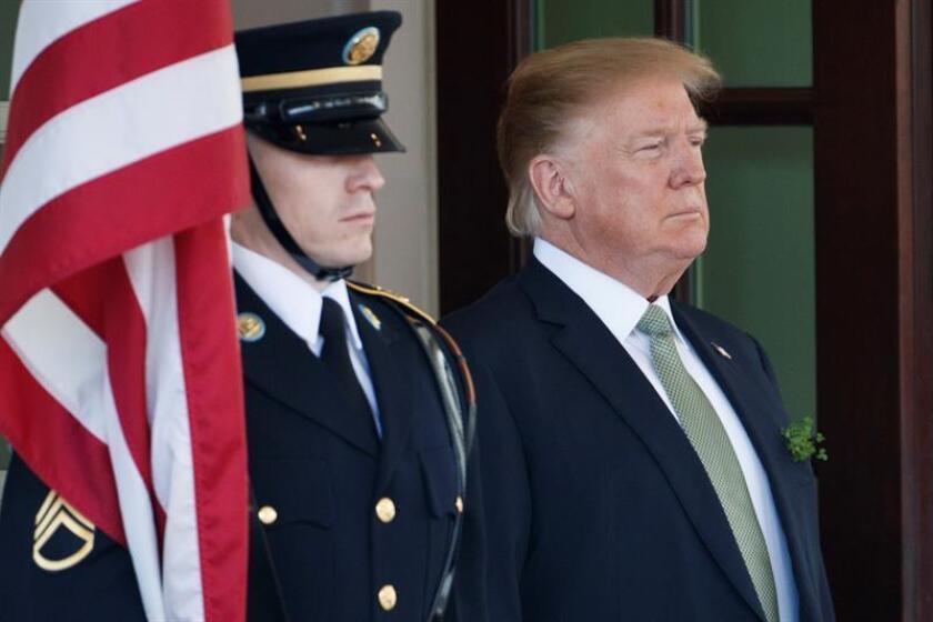 """El presidente estadounidense, Donald Trump (d), aguarda la llegada del primer ministro irlandés o """"taoiseach'', Leo Varadkar (no aparece), este jueves en el Ala Oeste de la Casa Blanca de Washington. EFE"""