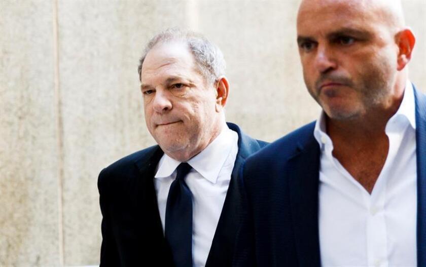 El productor de cine Harvey Weinstein (i) llega al tribunal del distrito de Manhattan para ser procesado por tres nuevos cargos por delitos sexuales, en Nueva York (EEUU). EFE/Archivo