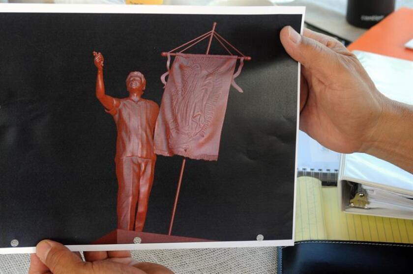"""Detalle de una fotografía que muestra un modelo de la estatua de 6 pies de Cesar Chávez que se proyecta sea instalada en una calle de Tucson, Arizona. Lo que inició como un gran proyecto artístico para erigir la primera estatua de Cesar Chávez en Tucson (Arizona), la iniciativa se ha visto envuelta en una agria polémica con denuncia de """"racismo"""" por parte de los creadores de la escultura. EFE"""