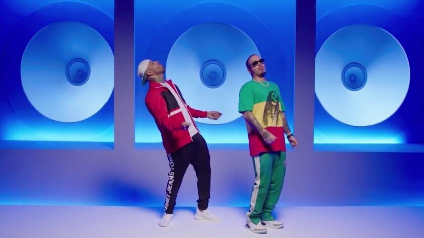 """Nicky Jam y J Balvin le ponen baile y sentido del humor al clip de """"X/Equis""""."""