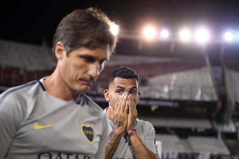 El jugador del Boca Carlos Tevez luego de la suspensión del partido de la final de la Copa Libertadores entre River Plate y Boca Juniors hoy en el estadio Monumental en Buenos Aires (Argentina). EFE