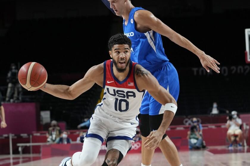 Jayson Tatum de Estados Unidos (10) pasa al checo Jan Vesely (24) durante un partido de la ronda preliminar del básquet masculino en los Juegos Olímpicos Tokio 2020, sábado 31 de julio de 2021 en Saitama, Japón. EEUU ganó 119-84 y pasó a cuartos de final. (AP Foto/Eric Gay)