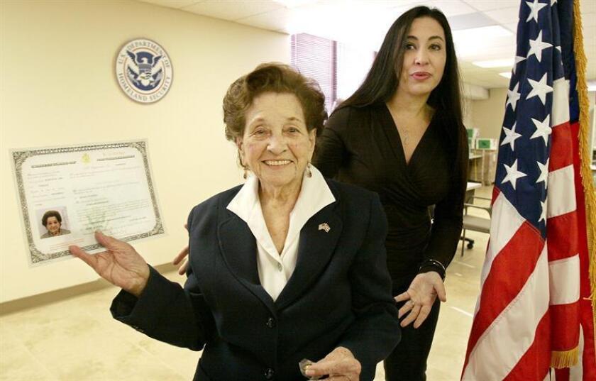 El Gobierno de Estados Unidos informó hoy que de cara a los trámites para la residencia permanente bajo la Ley de Ajuste Cubano ya no considerará los certificados consulares de nacionalidad para hijos de cubanos que nacieron fuera de la isla. EFE/ARCHIVO