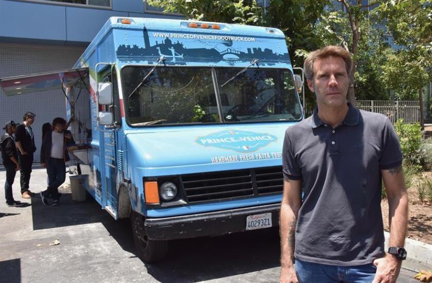 """Fotografía del 28 de junio de 2018, de Emanuele Filiberto di Savoia, """"El Príncipe de Venecia"""", quien posa para Efe junto a su camión de comida en Los Ángeles (EE.UU.). EFE"""