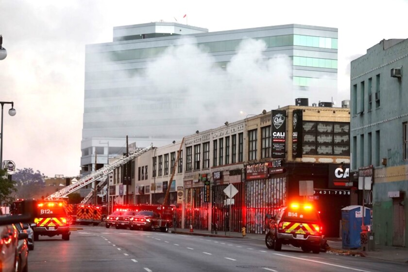 Los bomberos luchan contra un incendio en la escena de un incendio comercial en el 327 E. Boyd St. en el centro de la ciudad que ha herido a unos 10 bomberos y ha dejado varios edificios en llamas.