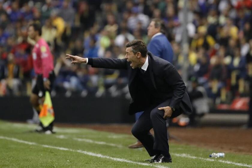 El técnico de Cruz Azul Pedro Caixinha da instrucciones a sus jugadores ante América. EFE/Archivo